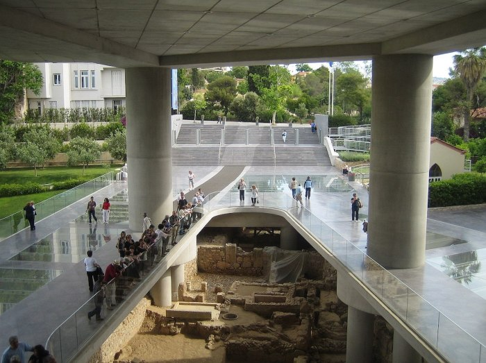 Archaeological site below the main entrance to the Acropolis museum by Tomisti via Wikipedia CC