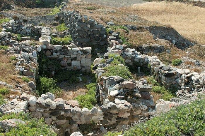 Phylakopi ruins by Zde via Wikipedia CC