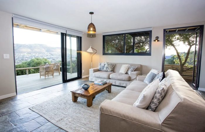 This home is nestled against a backdrop of spectacular mountain with views through to Fish Hoek beach, Clovelly golf course and Noordhoek Peak.