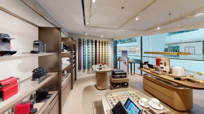 The new boutique is deliberately and meaningfully designed to celebrate coffee and its origins. The muted color palette of rich brown and crema-inspired gold combines with a luxurious atmosphere that soothes and satisfies the senses. The floor tiles and lamps are reminiscent of coffee farms, while the green mimics coffee plantations