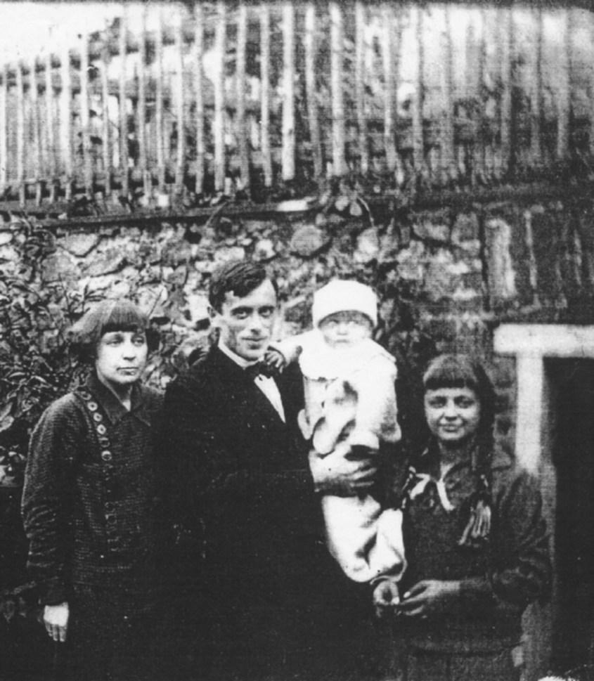 La Cvetaeva con famiglia e marito S. Efron.jpg
