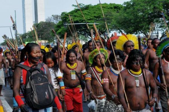 Indígenas protestando em Brasília. [Foto: Marcelo Ferreira. E.A.Press]