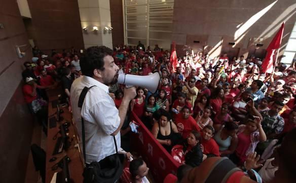 Centenas de ativistas articulados pelo MTST ocupam administração da Construtora Viver, em 2014, protestando contra especulação imobiliária e pelo Direito à Moradia
