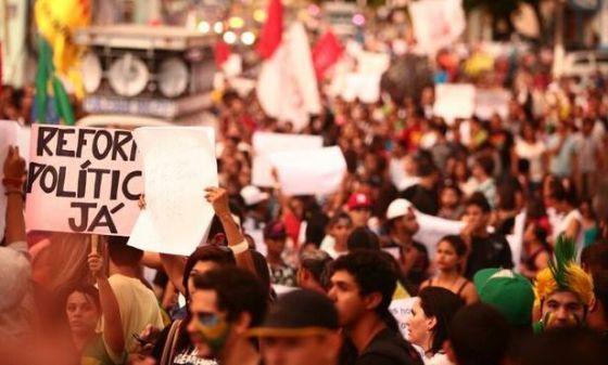 Manifestação em Junho de 2013: partidos são necessários -- mas não podem reivindicar exclusividade da representação política