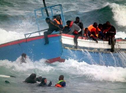 Acidente de hoje eleva a 6 mil número de imigrante mortos no Mediterrâneo, na última década. Na foto, um afundamento em abril de 2011