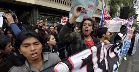 Manifestantes protestam em Lima, no Peru. Milhares de estudantes universitários que marcharam em direção ao prédio do Congresso Nacional contra um projeto de lei que, segundo eles, viola a autonomia universitária