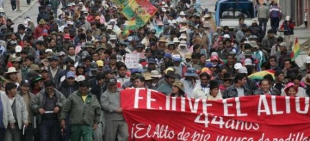 Rebelião em El Alto (Bolívia), 2003. Para Harvey, foi um dos momentos históricos em que sociedade retomou, do capital, destino das cidades
