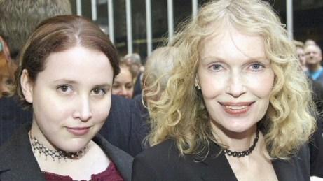 Dylan (Malone) Farrow a esquerda ao lado de sua mãe, Mia Farrow