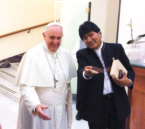 Francisco e o presidente boliviano Evo Morales, encontram-se em Roma, em 2014, para abrir um Encontro Mundial de Movimentos Populares promovido pelo Vaticano. Nova sessão ocorrerá entre 8 e 12 de julho, quando papa visitará país governado por Evo
