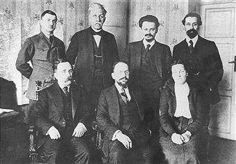 A delegação soviética nas dramáticas negociações e paz em Brest-Litovsk. De pé: Lipskiy, Stučka, Trotsky, e Karakhan Sentados, desde a esquerda: Kamenev, Ioffe e Anastasia Bitzenko