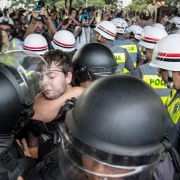 Manifestação contra falta d'água tem tumulto na Avenida Paulista