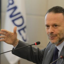 Presidente do BNDES, Luciano Coutinho comenta o Banco do BRICS