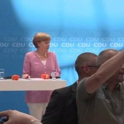 Manifestantes solidários à Grécia interrompem discurso de Angela Merkel