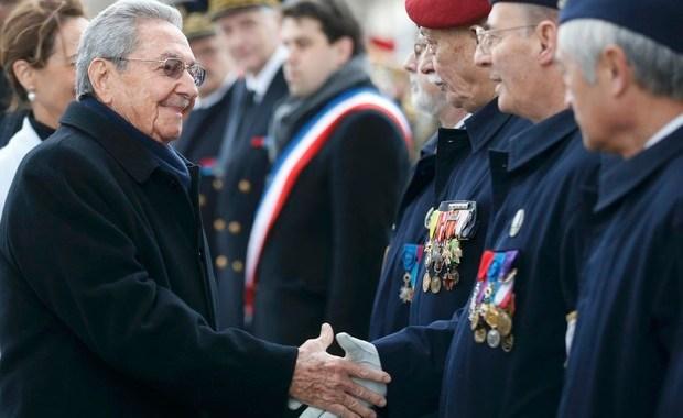 Raúl Castro é recebido com honras na França