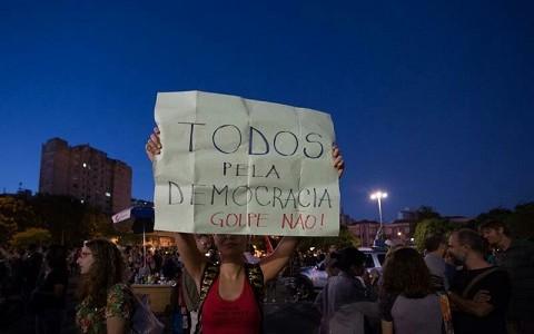 Brasileiros e latino-americanos se solidarizam com Dilma, contra o golpe