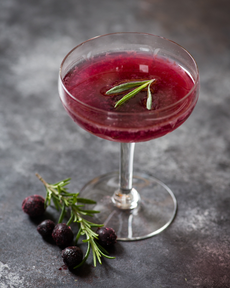 A blåbærsuppe-inspired cocktail with blueberries, rosemary, and gin