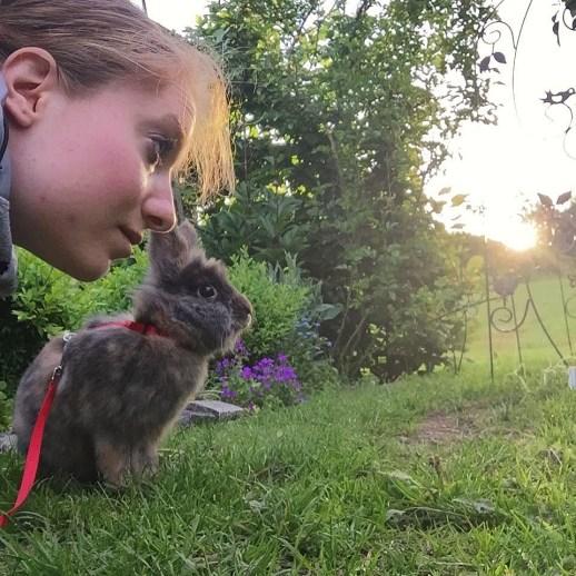 Ida og hendes kanin Anton.
