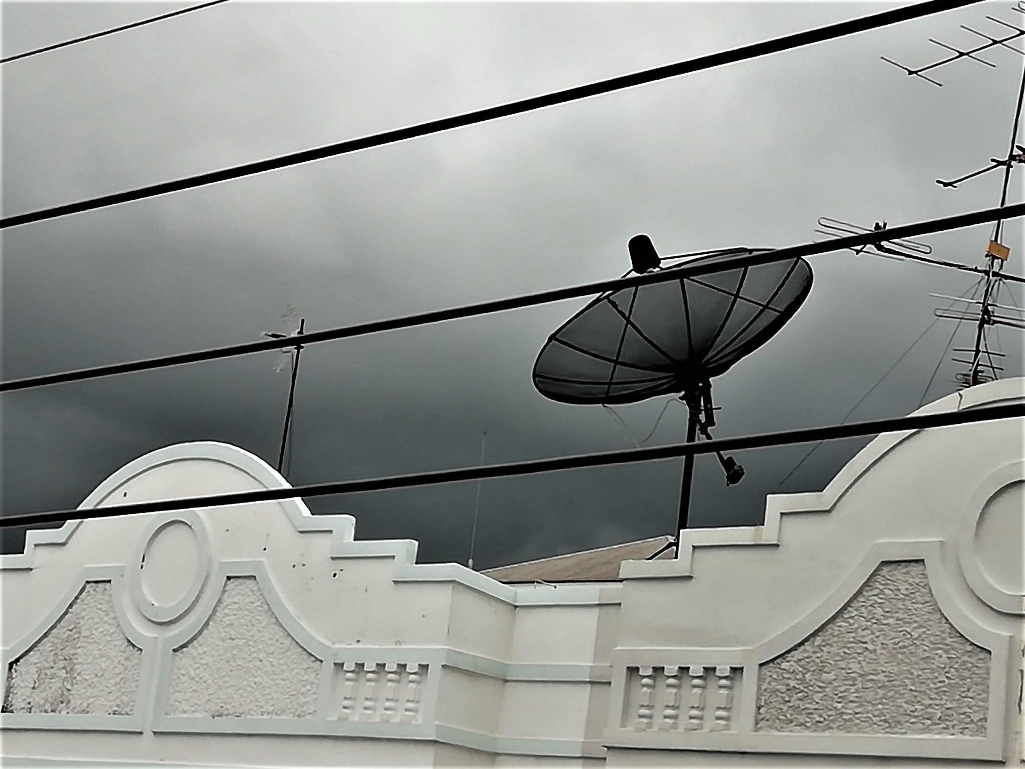 DARK CLOUDS CONTRAST WITH WHITE BUILDING ☁️🌧🏬🏢 ( เมฆดำ ตัดกับ ตึกขาว ☁️🧴🏬🏢 )