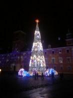 Christmas decorations in front of the Royal Castle, Warsaw. Décorations de Noël devant le Château Royal de Varsovie.