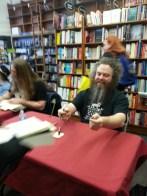 Met Patrick Rothfuss, author of the Name of the Wind, in Cambridge! On his right: Scott Lynch! J'ai rencontré Patrick Rothfuss, l'auteur du Nom du Vent, à Cambridge ! A sa droite : Scott Lynch !