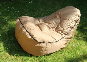 Relaxing with the TRONO inflatable chair