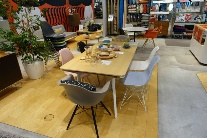 herman miller store tokyo 全体 molded chair等