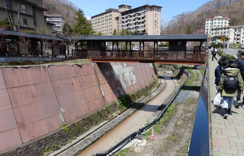 滝の家 クスリサンベツ川にかかる歩行者専用の橋