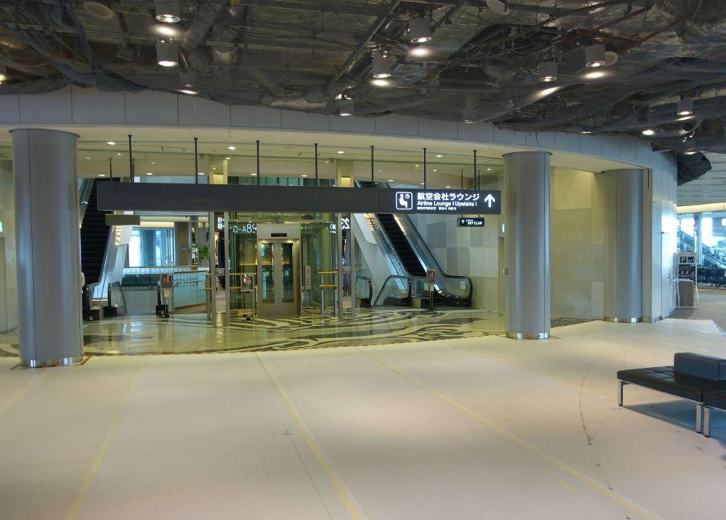 成田空港第一ターミナル 3F 北ウィング delta sky clubラウンジへのエスカレータ