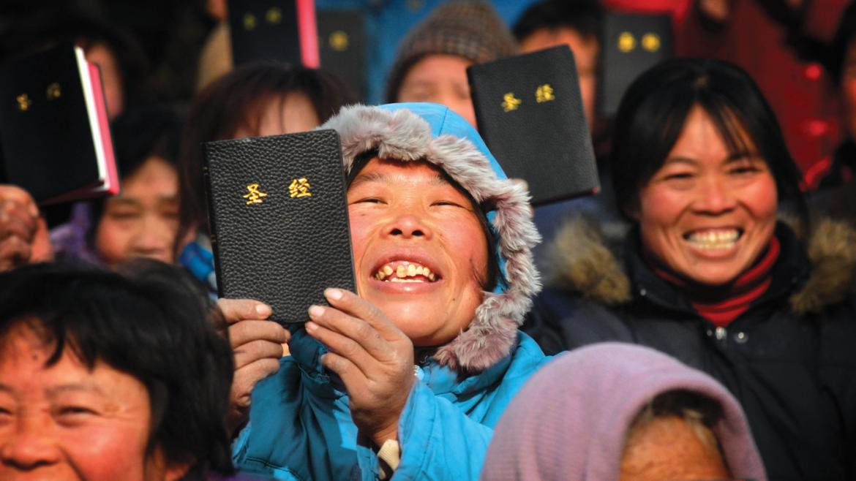 """Chineses memorizam a Bíblia com medo do governo: """"Não podem tirar o que  está no coração"""""""