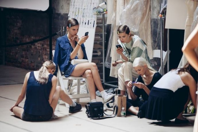 models-backstage-using-phone-reed-krakoff-best-fashion-apps-larcomar