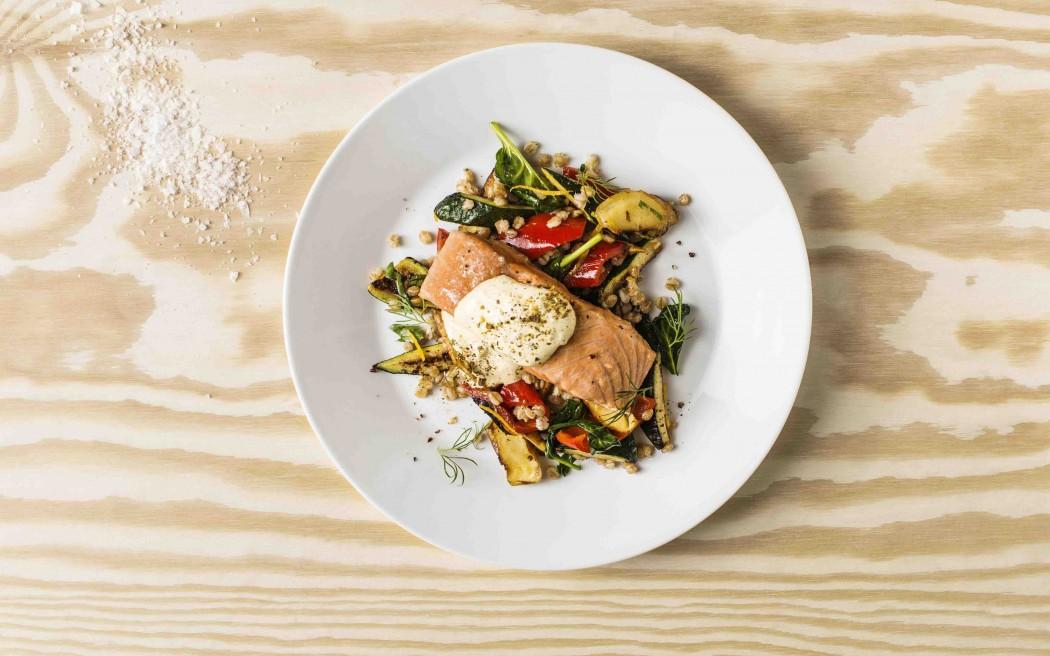 「鮭魚菲力佐小麥輕蔬」以通過ASC驗證的鮭魚菲力,搭配小麥、烘烤南瓜、紅甜椒等輕蔬,再搭配主廚特調荷蘭醬,成為營養均衡的健康新選擇