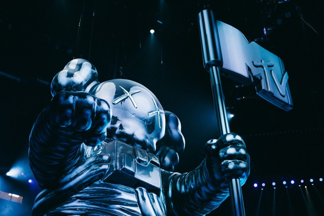 kaws-talks-about-designing-the-vma-moonman-3