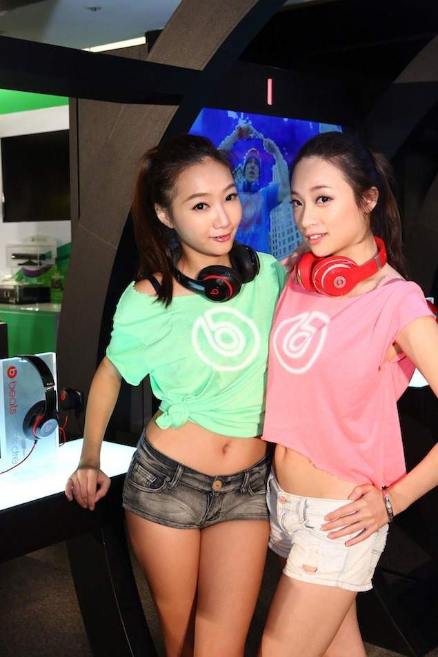 Show Girl配戴紅、黑色Beats耳機體驗New Beats Studio音樂隧道(1)
