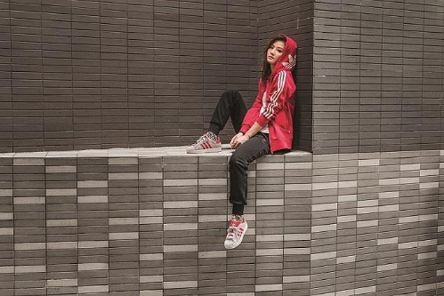 adidas Originals 2017一月女性系列巧妙加進軍裝風的長外套或是短褲、短裙做混搭_ 即可穿出多層次的個性美_