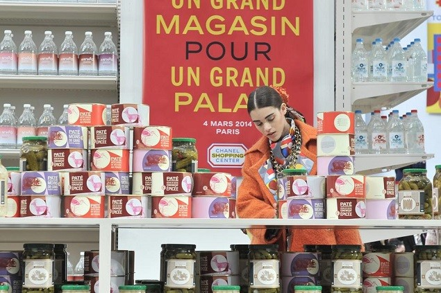 chanel-fall-winter-2014-grocery-store-runway-show-11