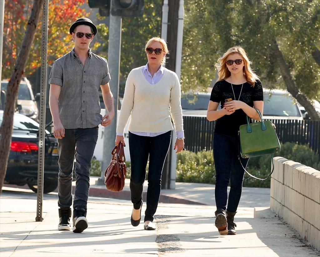 chloe_moretz_sushi_with_teri_and_collin_002