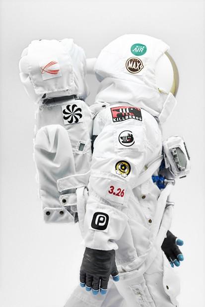 coolrain-nike-air-max-day-astronaut-figure-3