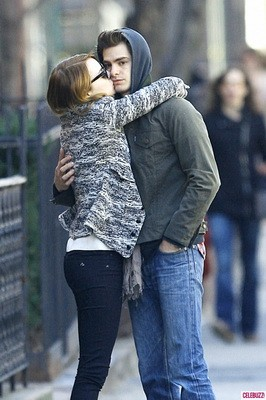 Andrew-Garfield-and-Emma-Stone-Kiss-In-New-York-682x1024