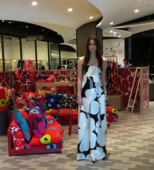 瑞莎著marimekko Unikko50周年限定款長洋裝現身marimekko  Pop-up Store (3)