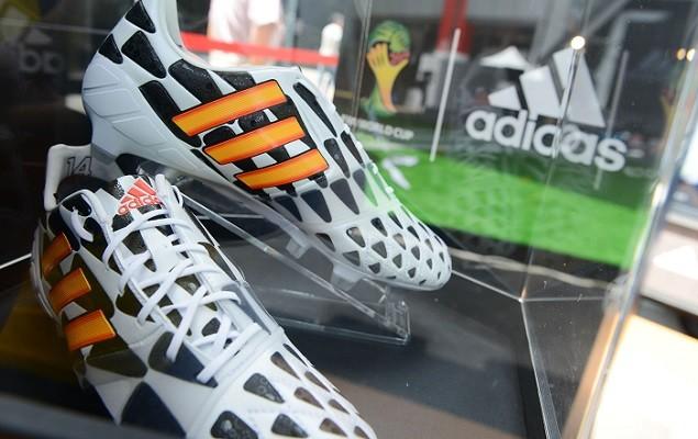 adidas推出巴西世界盃限定Battle Pack足球鞋,更將該系列大膽的黑白相間圖騰設計延伸至其他籃球鞋與跑鞋,以完整的Battle Pack家族設計主題,彰顯出世界盃非黑即白、勝負立見的決戰氛圍