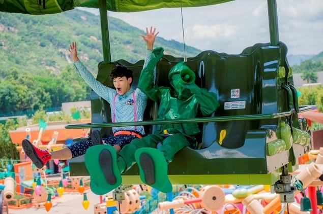 威廉在香港迪士尼反斗奇兵大本營中展天真.