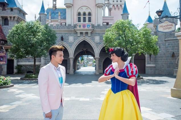 小煜在香港迪士尼樂園與白雪公主相遇