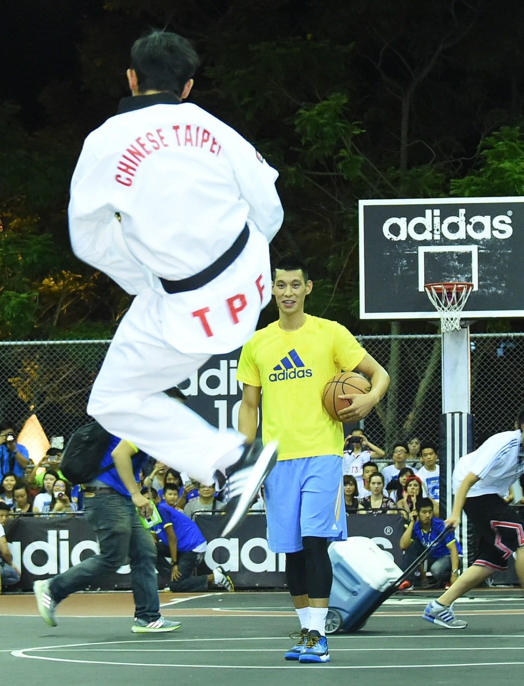 奧運金牌戰神朱木炎於adidas 101球場以飛踢一躍對決林書豪。