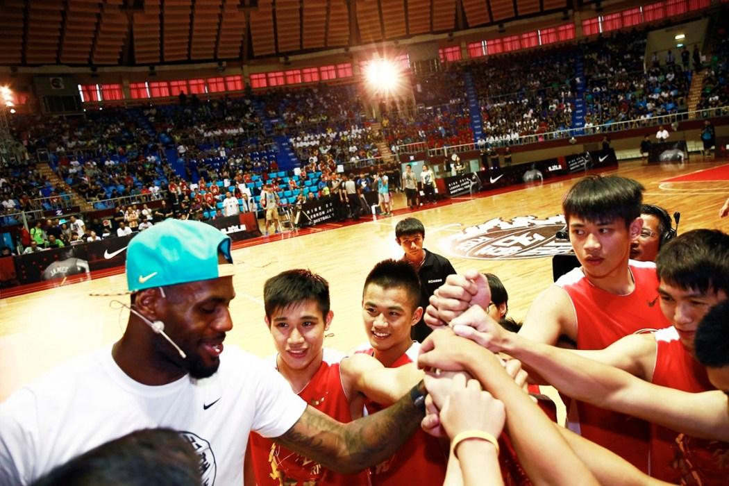 LeBron James指導小球員技巧幫助他們提升自我-3
