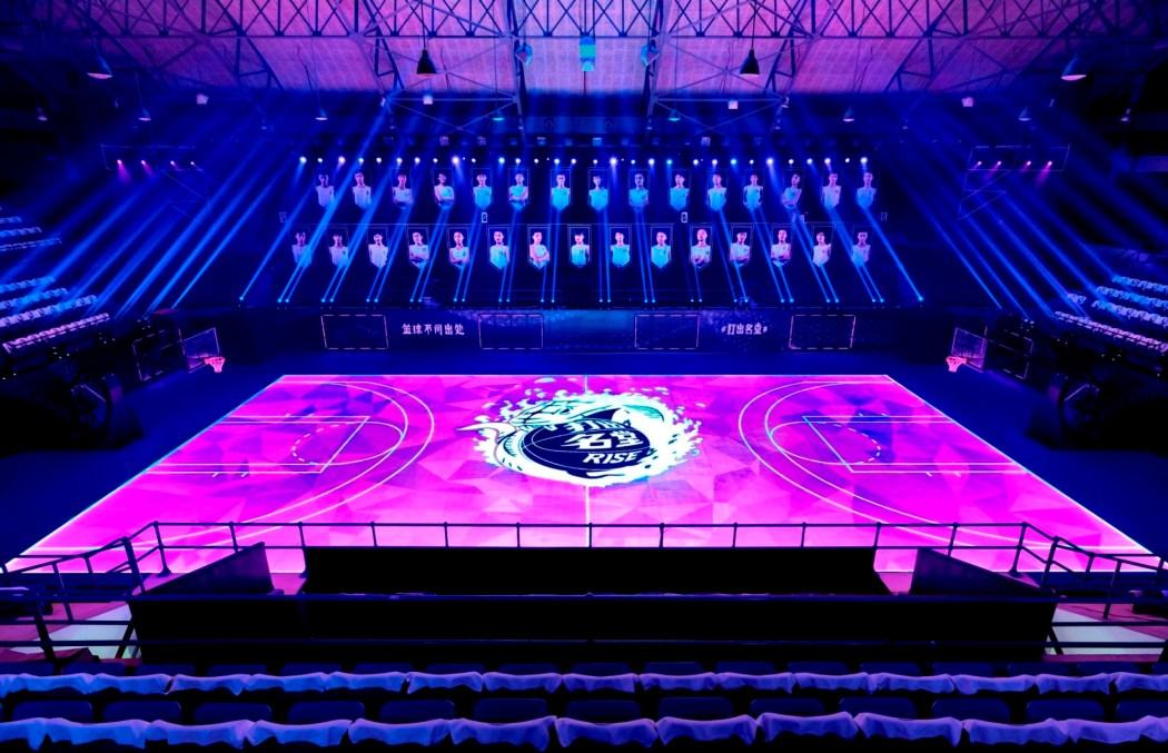 """30位年輕球員在Nike專為""""打出名堂""""設計的全球首座全場人工智慧數位互動LED""""黑曼巴""""球場上集體亮相"""