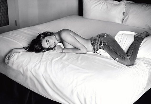 thefemin-miranda-kerr-s-sexy-new-ad-campaign-is-suspiciously-well-timed-03_f_improf_700x467