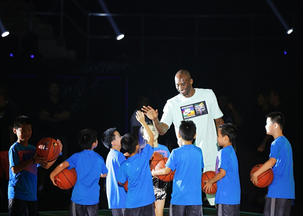 """Kobe Bryant出席Nike發起的 """"活力家庭日""""公益活動,以籃球訓練的方式與12個家庭代表互動,藉此號召更多的家庭和兒童投入到體育運動中"""