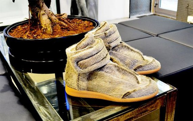 maison-martin-margiela-yeezus-tour-limited-edition-sneakers_02