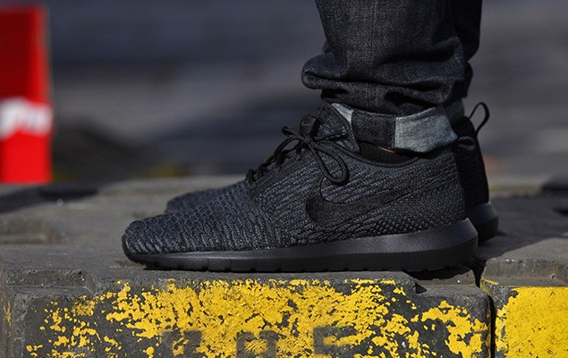 a-first-look-at-the-nike-flyknit-roshe-run-triple-black-1