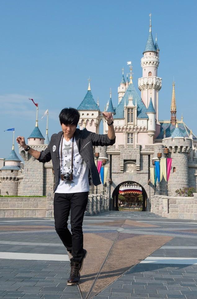林俊傑在睡公主城堡前跳舞